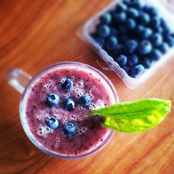 Kiwi blueberry green smoothie